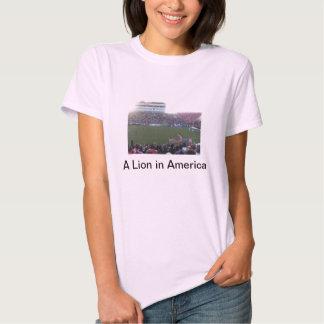 Um leão na camisa de América t Camiseta