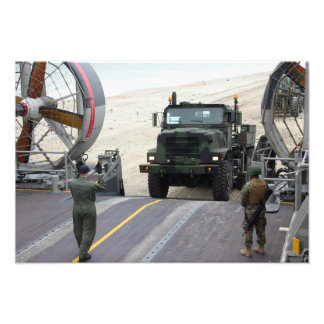 Um loadmaster guia um fuzileiro naval caminhão de impressão de foto