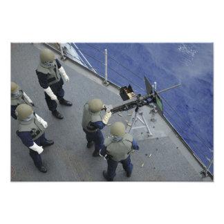 Um marinheiro dos E.U. ateia fogo 50 a um calibre Impressão De Foto