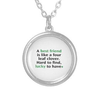 Um melhor amigo é como um trevo de quatro folhas colar banhado a prata