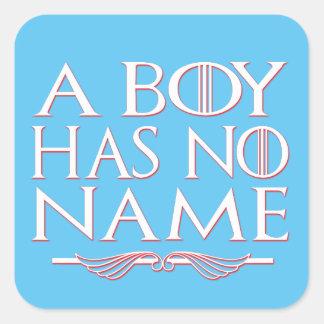 Um menino não tem nenhuma etiqueta de nome adesivo quadrado