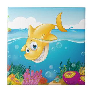 Um mergulho amarelo do tubarão no mar