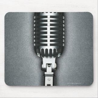 Um microfone clássico mouse pad