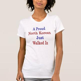 Um North Korean orgulhoso apenas andou dentro T-shirts