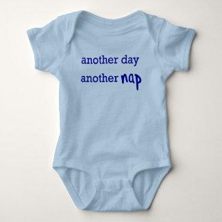 Um outro dia, uma outra sesta body para bebê