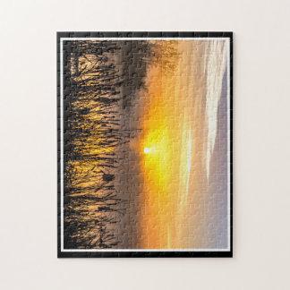 Um quebra-cabeça nevoento do nascer do sol 11x14