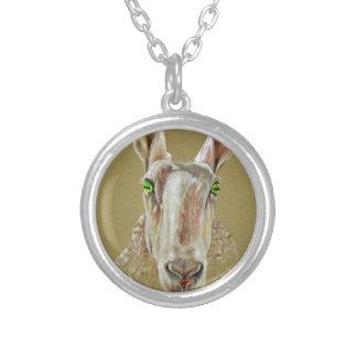 Um retrato de um carneiro colar banhado a prata