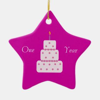 Um rosa customizável do bolo de aniversário da ornamento de cerâmica estrela