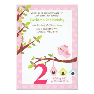 Um rosa pequeno do convite do aniversário do