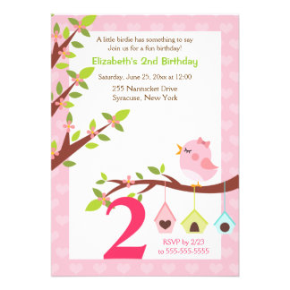 Um rosa pequeno do convite do aniversário do passa