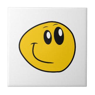 Um smiley feliz amarelo entortado