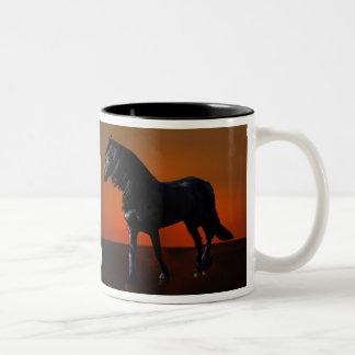 Um traquinagem do por do sol dos cavalos caneca dois tons