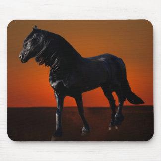 Um traquinagem do por do sol dos cavalos mousepad