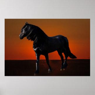 Um traquinagem do por do sol dos cavalos posteres