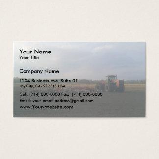 Um trator vermelho que descansa nos campos cartão de visitas