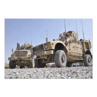 Um vehicl protegido da mina de M-ATV emboscada Arte De Fotos