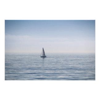 Um veleiro em um mar calmo fotografias