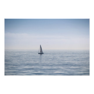 Um veleiro em um mar calmo impressão de foto