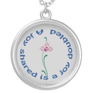 Uma alegria compartilhada colar com pendente redondo
