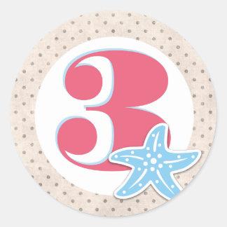 Uma baleia de etiquetas redondas de um aniversário adesivo redondo