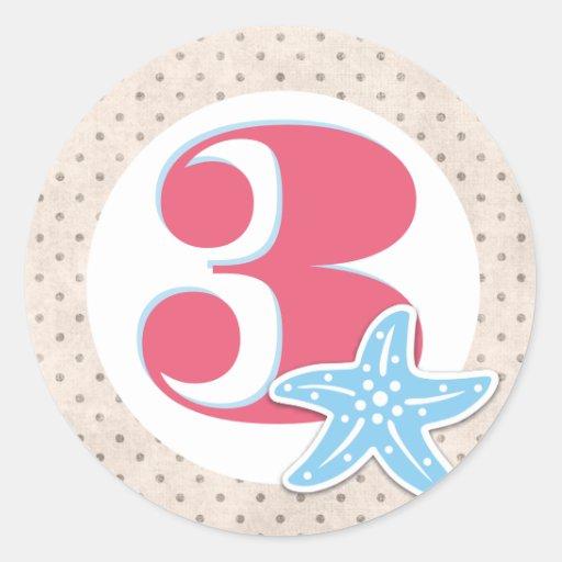 Uma baleia de etiquetas redondas de um aniversário adesivo em formato redondo