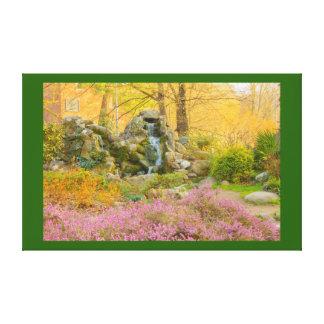 uma cachoeira em um parque florescido em canvas