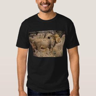 uma camisa preta do leão camiseta