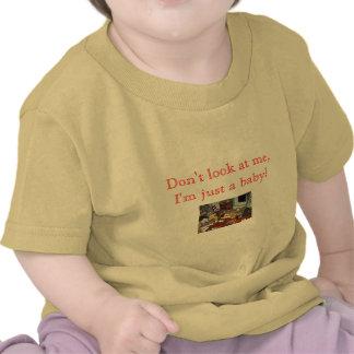 uma confusão, não me olha, mim é apenas um bebê! camiseta