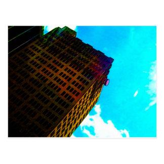 Uma construção vibrante e alta contra o céu azul cartão postal