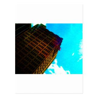 Uma construção vibrante e alta contra o céu azul cartao postal