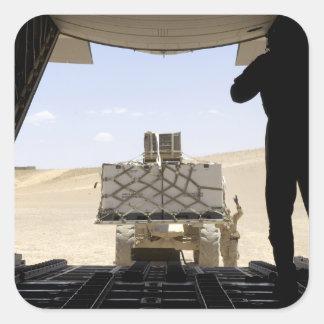 Uma empilhadeira carrega a carga em A.A. - 130 Adesivo Quadrado
