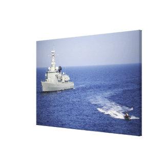 Uma equipe portuguesa do marinho em um barco inflá impressão de canvas envolvidas