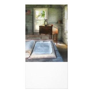 Uma escola da sala com livro cartão com foto