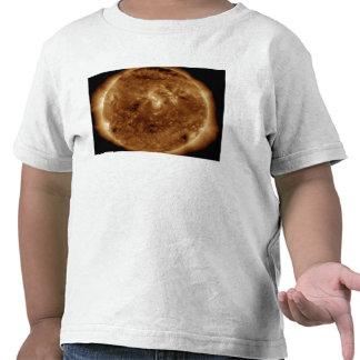 Uma falha escura na atmosfera do sol camisetas