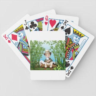 Uma floresta húmida com um homem que guardara uma baralho para pôquer
