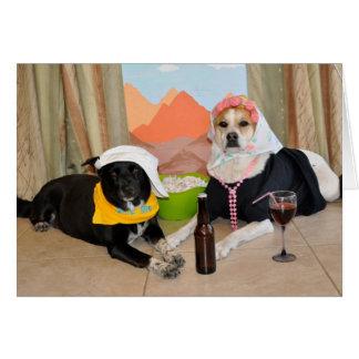 Uma foto de 2 cães que levantam como um casal do a cartao