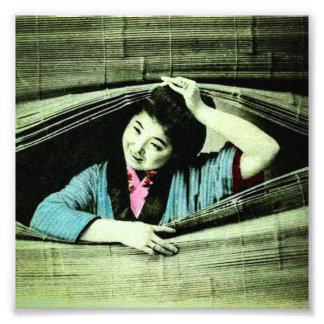 Uma gueixa japonesa do vintage que espreita impressão de foto