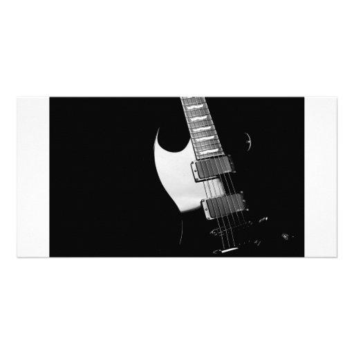 Uma guitarra preta cartão com fotos