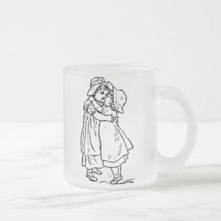 Uma irmã é uma caneca do vidro de fosco do amigo