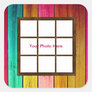 Uma janela nas etiquetas quadradas de madeira de adesivo quadrado