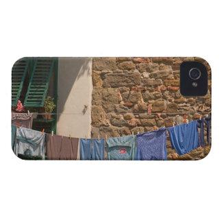 Uma linha de roupa seca entre construções próximo capinha iPhone 4
