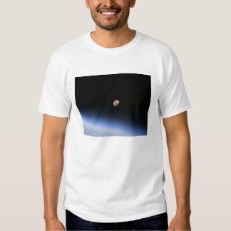 Uma lua gibbous visível acima da atmosfera de t-shirt
