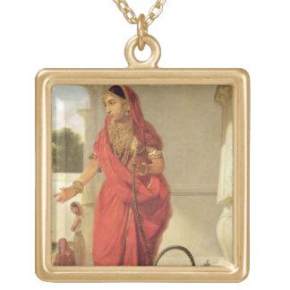 Uma menina de dança indiana com um cachimbo de águ bijuteria