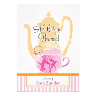 Uma menina do tea party do chá de fraldas convites personalizados
