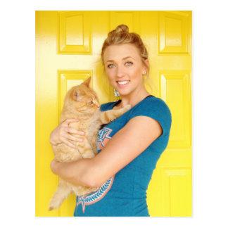 Uma menina e seu gato cartão postal