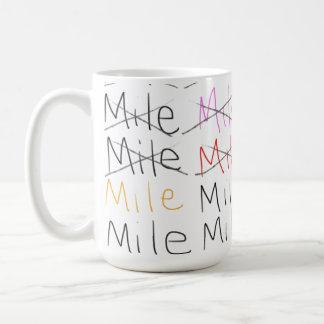 Uma milha em uma caneca quente da bebida do café