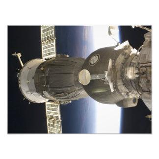 Uma nave espacial de Soyuz backdropped pela terra Impressão De Foto