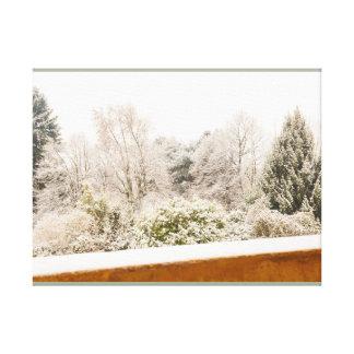 uma paisagem branca do inverno em canvas do