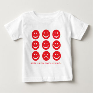 Uma piada é quando todos ri camiseta para bebê