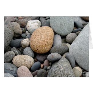 Uma praia do cartão das rochas